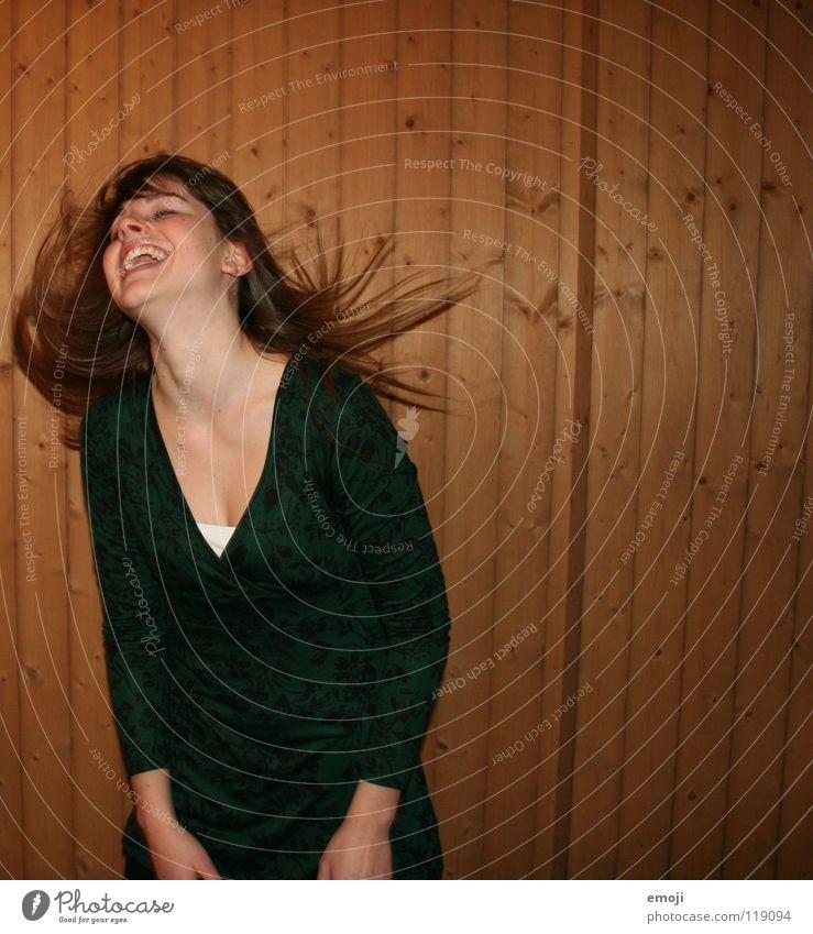 lach es raus Frau Jugendliche rocken Party authentisch Holzwand Luft Brise schön süß genießen Gute Laune Bewegung Friseur Smiley Kleid grün Freude Gesicht