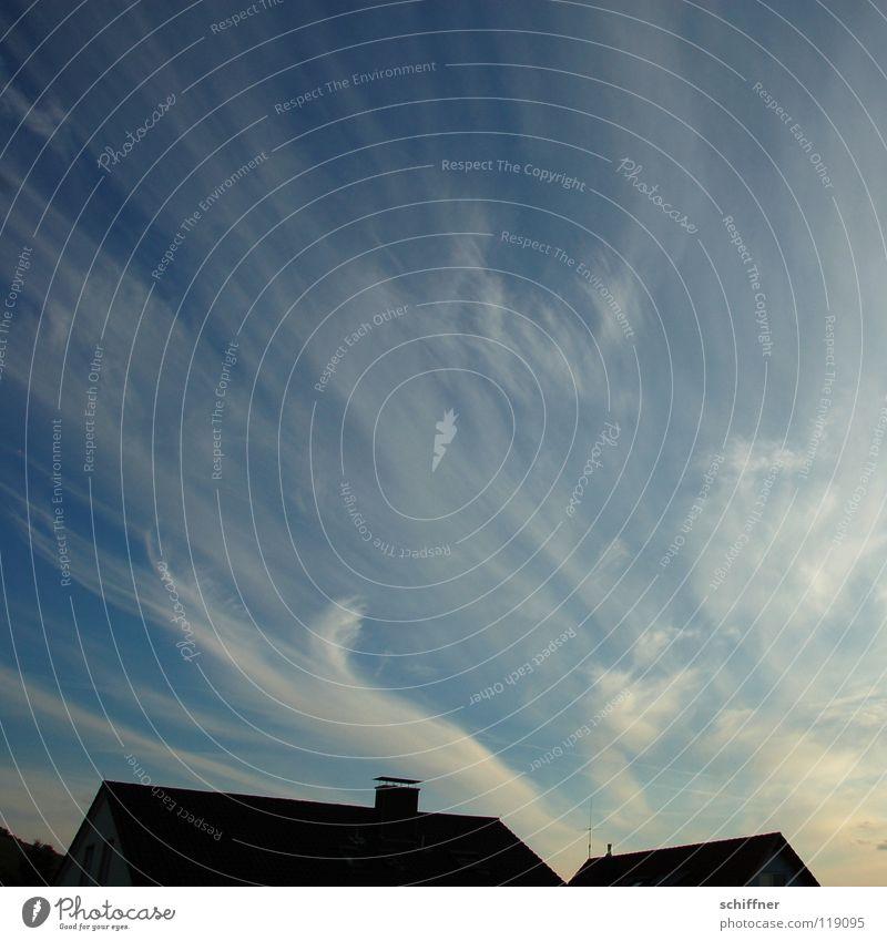 Das Tageslicht fällt auf die Seite Himmel Erholung ruhig Wolken Haus Ferne Wärme Wetter Luft Aussicht Schönes Wetter Dach Abenddämmerung Dynamik Schornstein