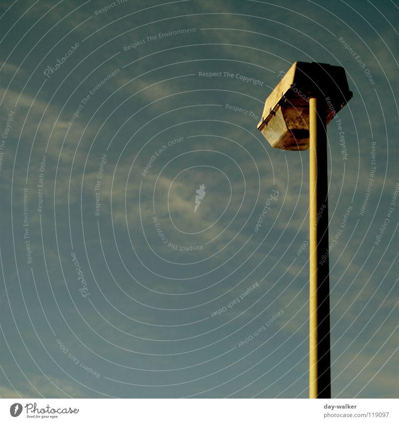 Einsame Lichtquelle Himmel Wolken Lampe Beleuchtung Glas Technik & Technologie Laterne Röhren Scheinwerfer Abdeckung Straßennamenschild Lichtstrahl Farbverlauf