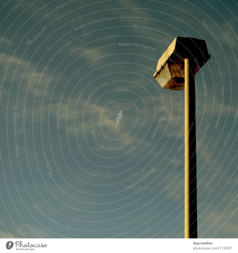 Einsame Lichtquelle Laterne Lampe Beleuchtung Abdeckung Wolken Farbverlauf Elektrisches Gerät Technik & Technologie Straßennamenschild Scheinwerfer