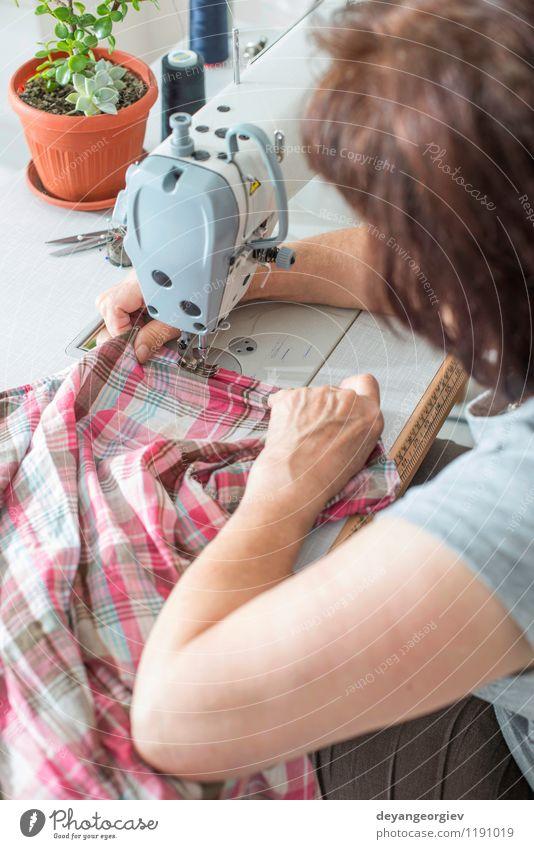 Frauen nähen auf Nähmaschine Design Arbeit & Erwerbstätigkeit Beruf Fabrik Industrie Handwerk Business Mensch Erwachsene Mode Bekleidung Stoff weiß Kreativität