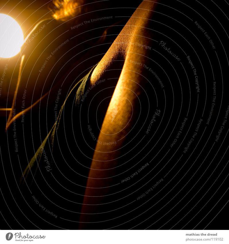 Nachttischlampe Mensch Frau blau Hand schön dunkel feminin Leben Beine Lampe orange sitzen warten Haut verrückt Spitze