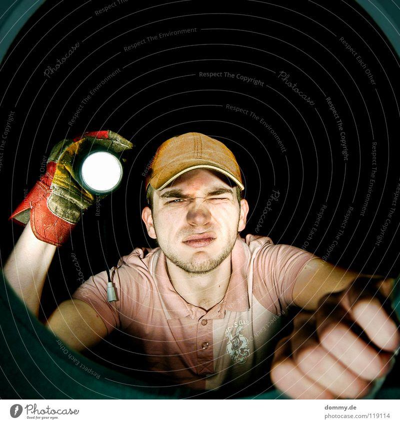 cu Mann Kerl Bart Stoppel T-Shirt Lippen Licht Taschenlampe Lampe Strahlung rund Öffnung Höhle Eingang Hand Finger Handschuhe Bauarbeiter dunkel Tunnel klaus