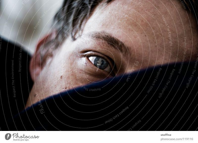 Aufgewecktes Kerlchen Mann blau Gesicht Auge Erholung träumen Bett liegen Sofa geheimnisvoll Neugier Müdigkeit Typ gemütlich Decke