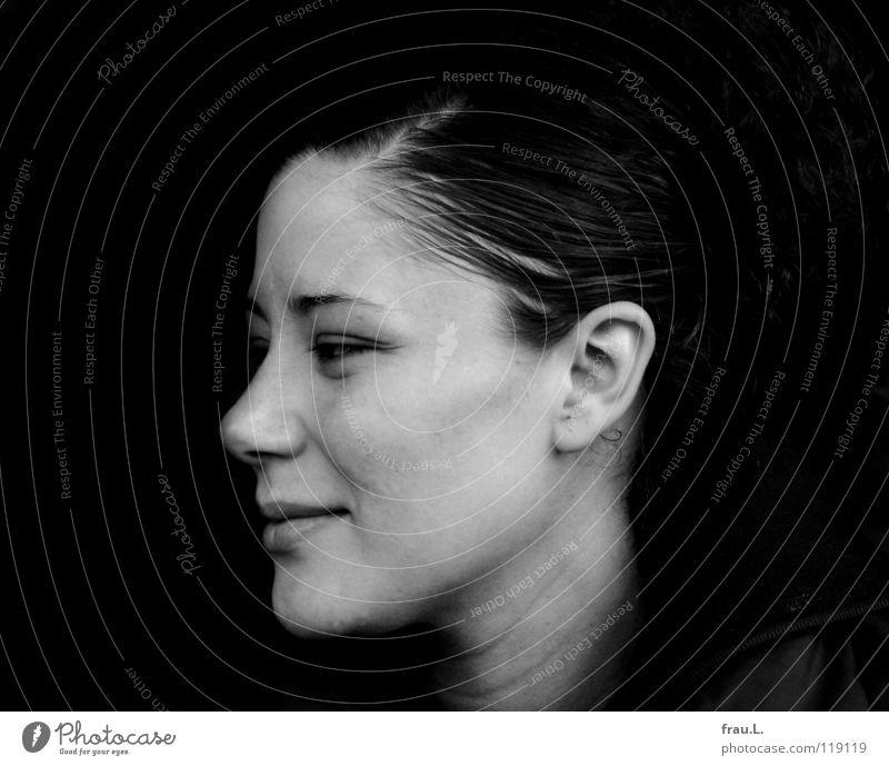 ein Lächeln Frau attraktiv Wange Silhouette schön Zufriedenheit geheimnisvoll Erschöpfung Porträt Mensch lachen Locken Profil Glück Müdigkeit ungeschminkt Natur