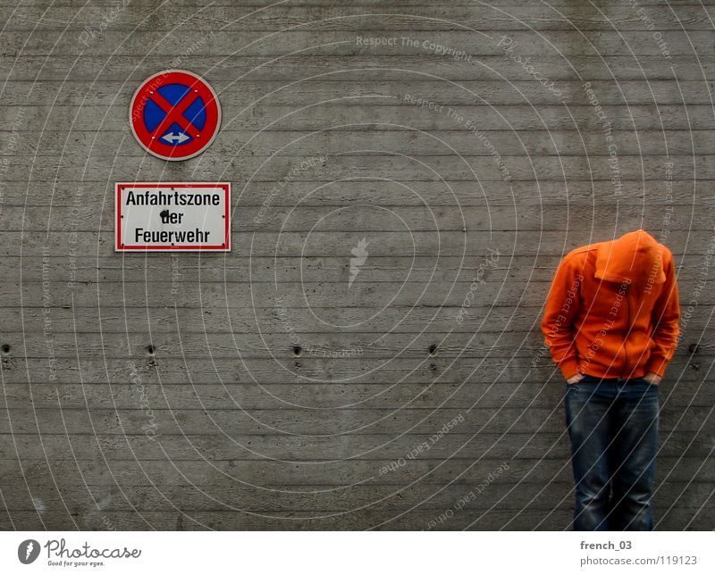 waiting for ... Mensch Mann blau Hand weiß schön rot Wand grau Mauer Beine Linie orange Deutschland Arme warten