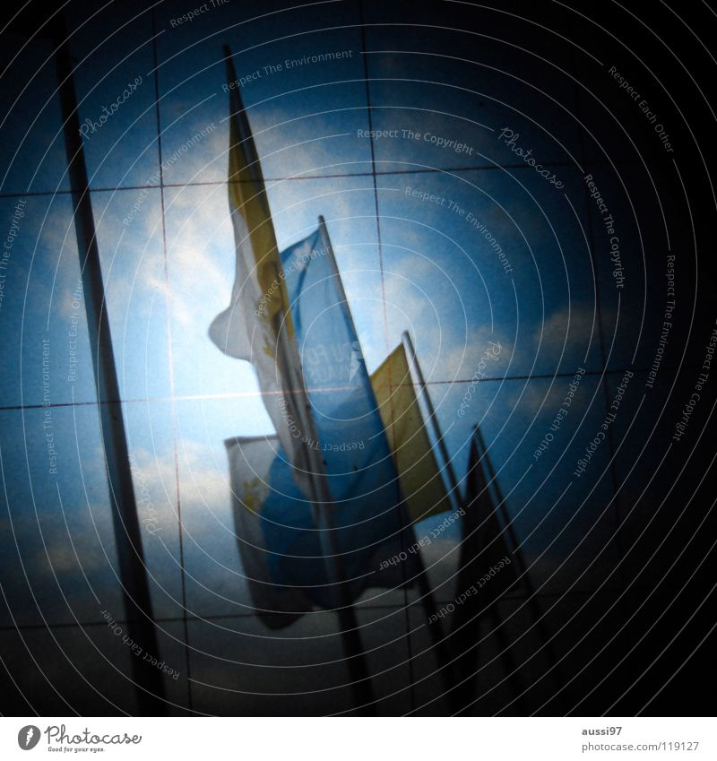 Flag day I schemenhaft Raster Muster Fahne Beflaggung geheimnisvoll dunkel unklar Rätsel Schilder & Markierungen Fototechnik bläulich Lichtschacht