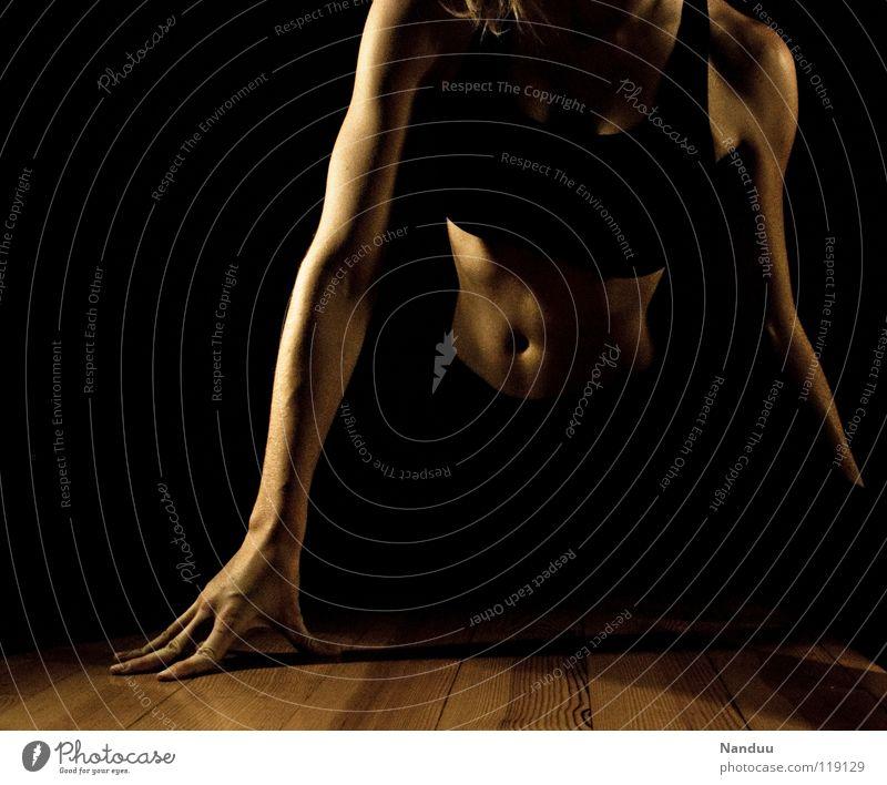 Körperbeherrschung Spagat dehnen Sport-Training üben beweglich anpassungsfähig geschmeidig Sehne Frau dunkel Arme Hand Bauch Schulter Tanzen Fitness Seitspagat