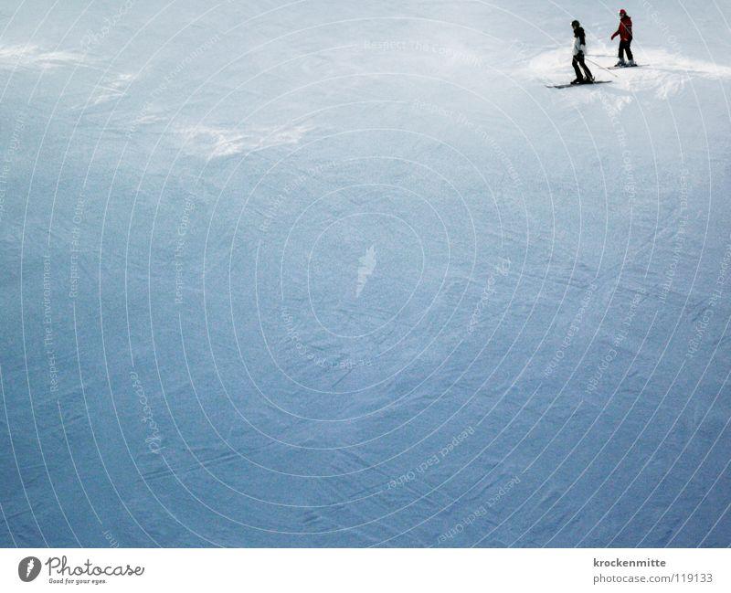 Talfahrt Winter Skifahren Skifahrer weiß Abstieg Skier 2 Wintersport Winterurlaub Schatten kalt Luftaufnahme Schnee Skipiste Spuren Paar Mensch freie Bahn