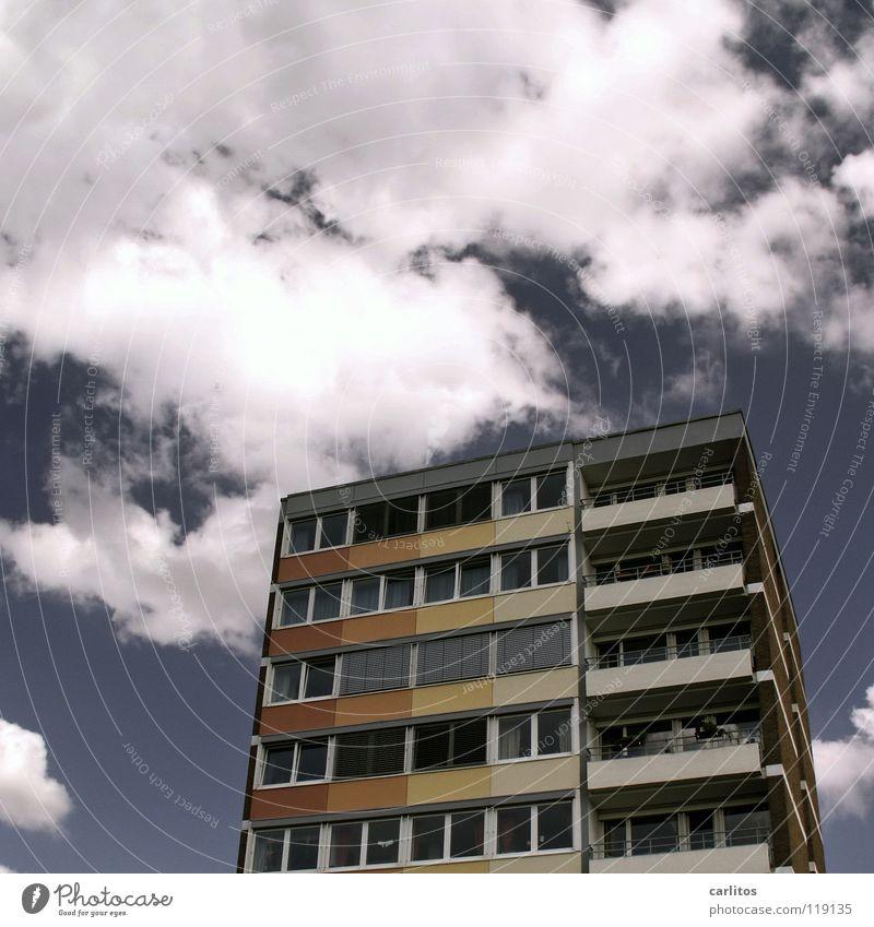 Verliebt in Göttingen Wolken himmelblau braun Ocker rot gelb Haus Hochhaus Froschperspektive Bürogebäude innovativ Fassade Energie sparen Architektur