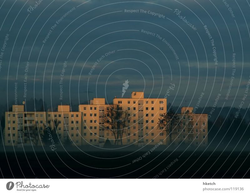 Das Märchenschloss Himmel Winter Wolken Nebel Beton Sicherheit Plattenbau Wohnhochhaus hässlich unklar
