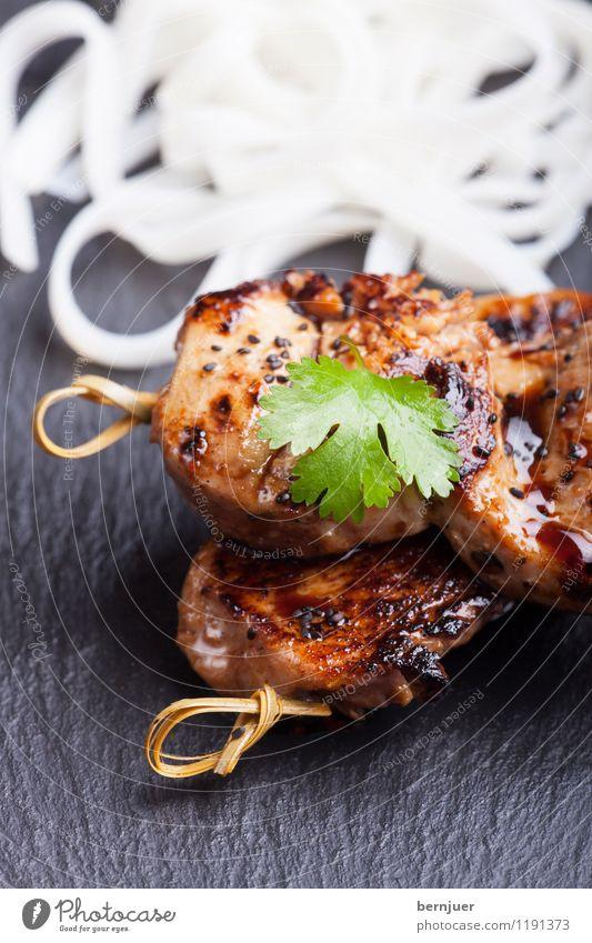 Teriyaki Lebensmittel Fleisch Ernährung Bioprodukte Asiatische Küche Essen Billig gut braun schwarz weiß Genusssucht Spieß Hühnchen Koriander Bambus Nudeln