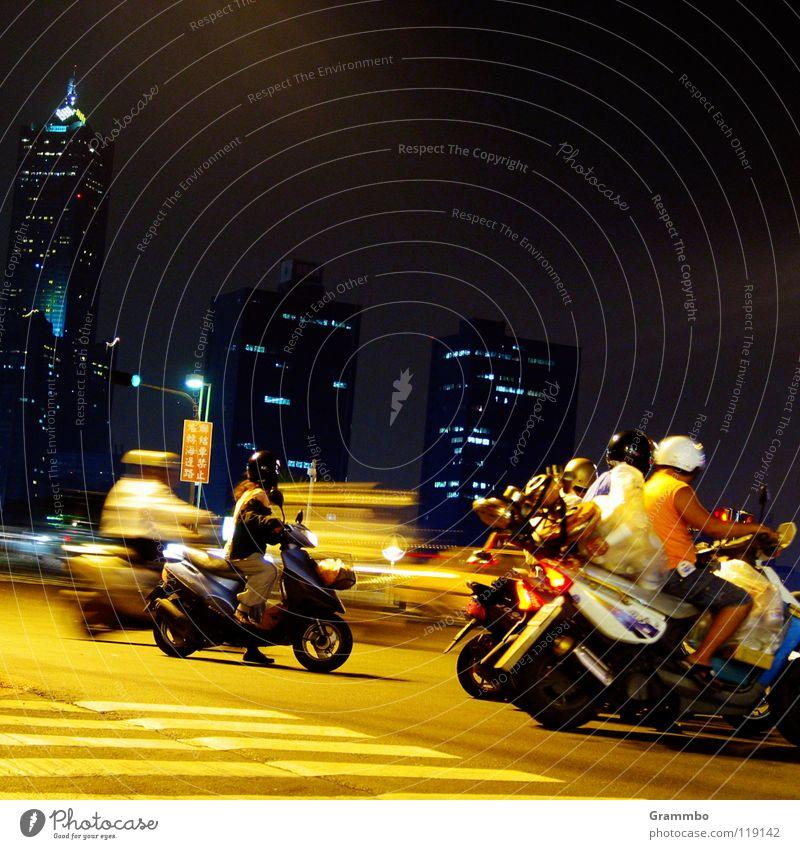 Ampelrallye Motorrad gelb Straße dunkel Hochhaus Beginn Verkehr Mischung Kleinmotorrad Helm