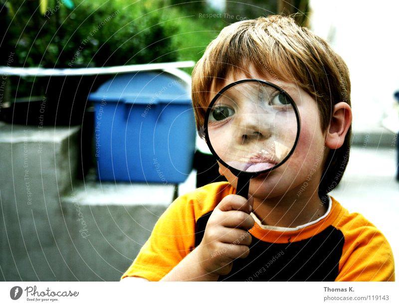 Through The Looking Glass II Kind Junge vergrößert Hand Brille suspekt Porträt untersuchen Nationale Sicherheit Spuren lesen Suche Suchprogramm finden