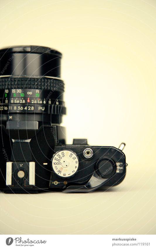 analog ist besser... Fotografie Fotokamera Apparatur weiß schwarz Sucher Blende Brennweite Unschärfe Zelluloid retro antik Digitalfotografie Gehäuse Linse