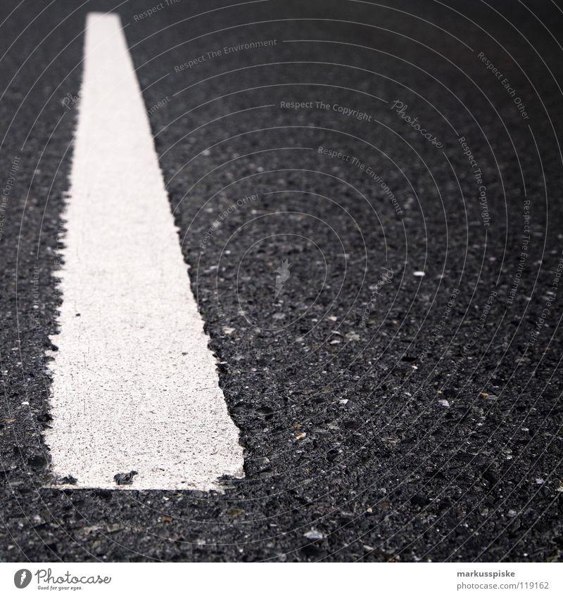mittelstreifen weiß Straße grau Schilder & Markierungen Verkehr Eisenbahn gefährlich Streifen bedrohlich Hinweisschild Güterverkehr & Logistik Autobahn Lastwagen Verkehrswege Mobilität Teer