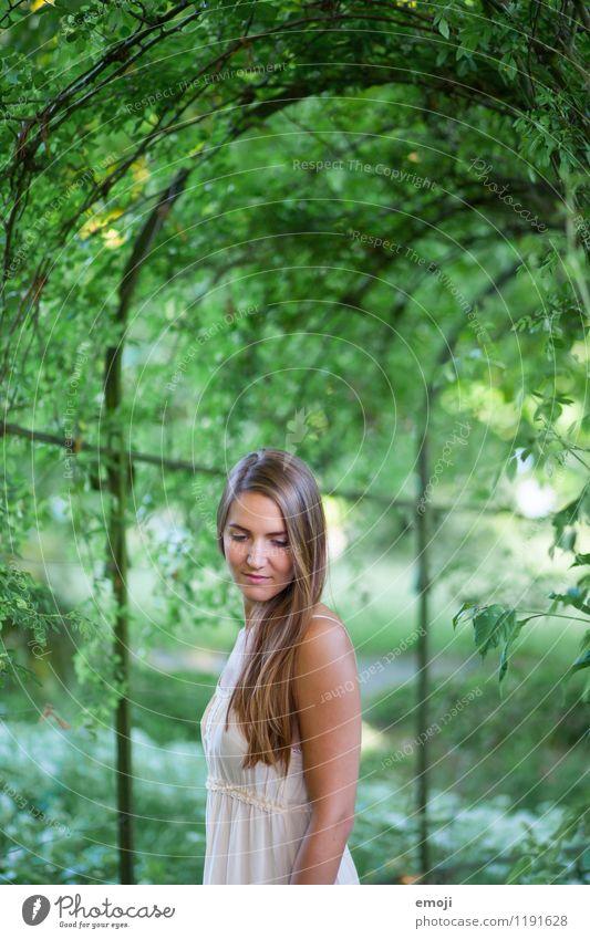 Garten feminin Junge Frau Jugendliche 1 Mensch 18-30 Jahre Erwachsene Umwelt Natur Frühling Sommer brünett langhaarig schön natürlich grün Farbfoto