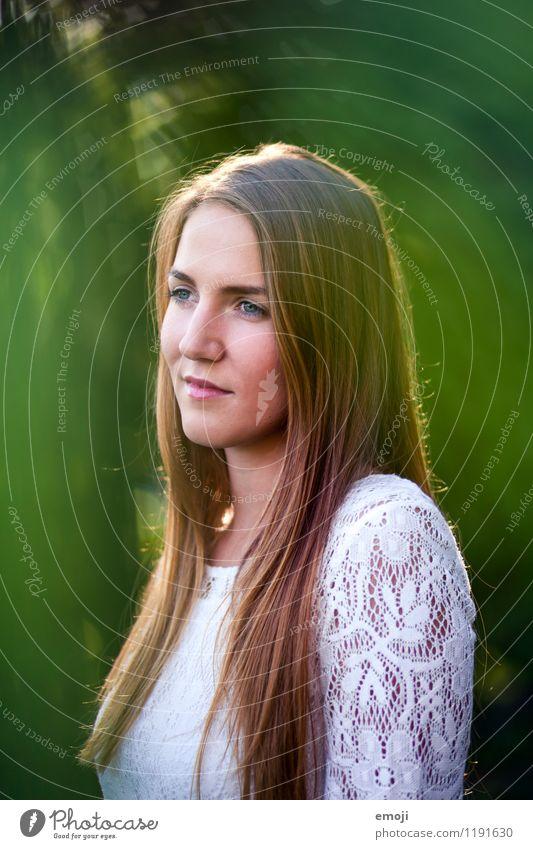 Lichtspiel feminin Junge Frau Jugendliche Gesicht 1 Mensch 18-30 Jahre Erwachsene brünett langhaarig schön natürlich grün Farbfoto Außenaufnahme Abend