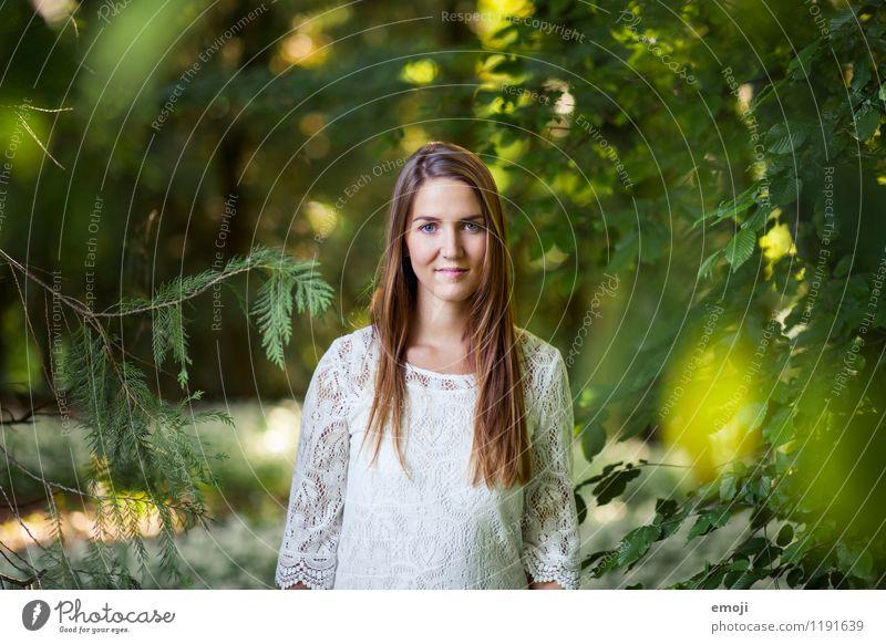 zwischendrin feminin Junge Frau Jugendliche 1 Mensch 18-30 Jahre Erwachsene Wald brünett langhaarig Freundlichkeit Fröhlichkeit schön natürlich grün Lächeln