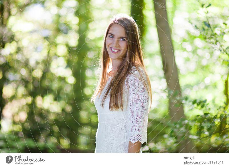 happy Mensch Jugendliche schön grün Sommer weiß Junge Frau 18-30 Jahre Wald Erwachsene Frühling natürlich feminin Glück Fröhlichkeit Schönes Wetter