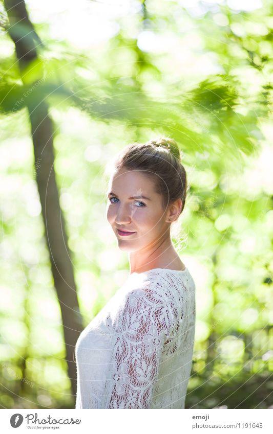 Waldfee Mensch Jugendliche schön grün Sommer Junge Frau 18-30 Jahre Erwachsene natürlich feminin Glück Fröhlichkeit Lächeln Schönes Wetter