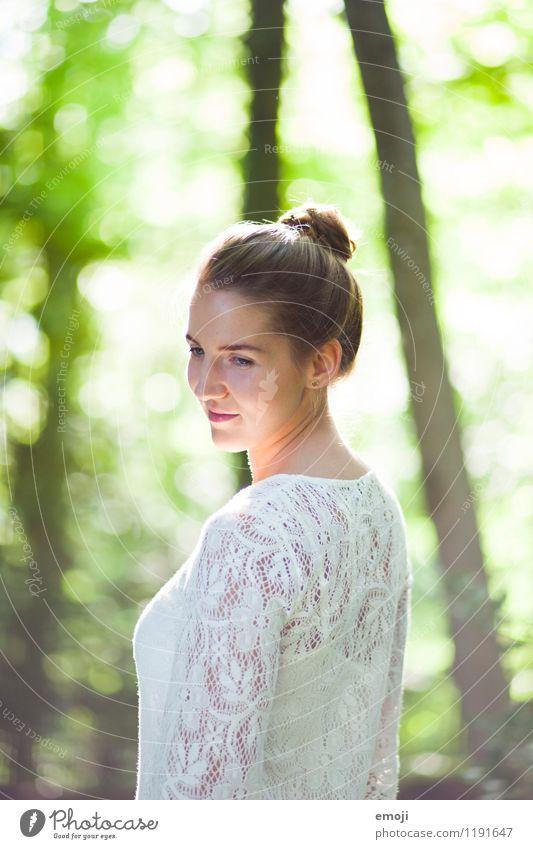 white lace feminin Junge Frau Jugendliche 1 Mensch 18-30 Jahre Erwachsene Umwelt Natur Frühling Sommer Schönes Wetter schön natürlich grün Dutt Farbfoto