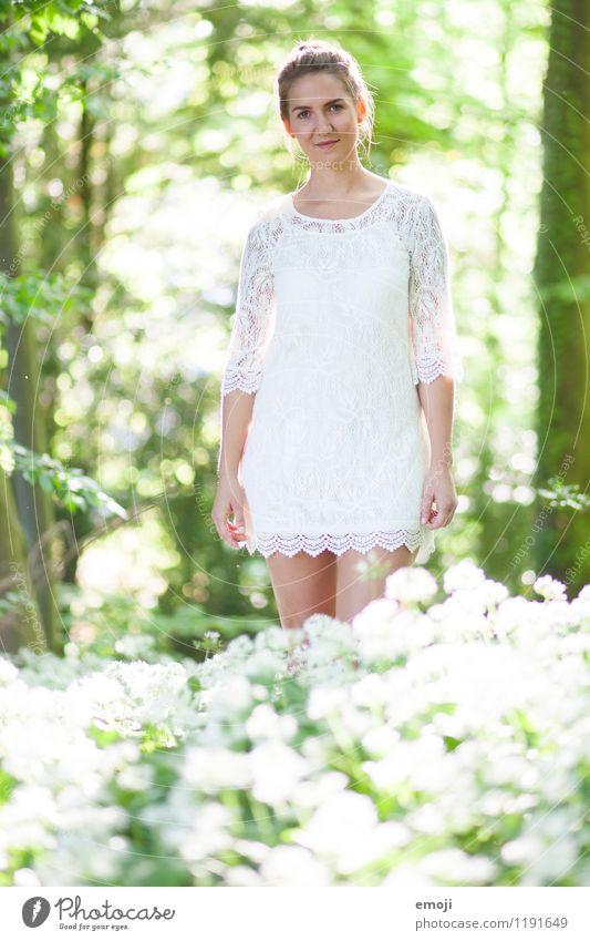 blanc feminin Junge Frau Jugendliche 1 Mensch 18-30 Jahre Erwachsene Pflanze Sommer Schönes Wetter Wald Kleid Fröhlichkeit schön natürlich grün weiß Farbfoto