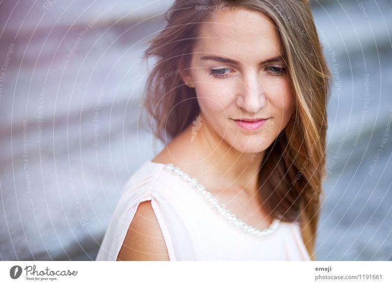 Portrait feminin Junge Frau Jugendliche Gesicht 1 Mensch 18-30 Jahre Erwachsene brünett langhaarig schön Farbfoto Außenaufnahme Tag Schwache Tiefenschärfe