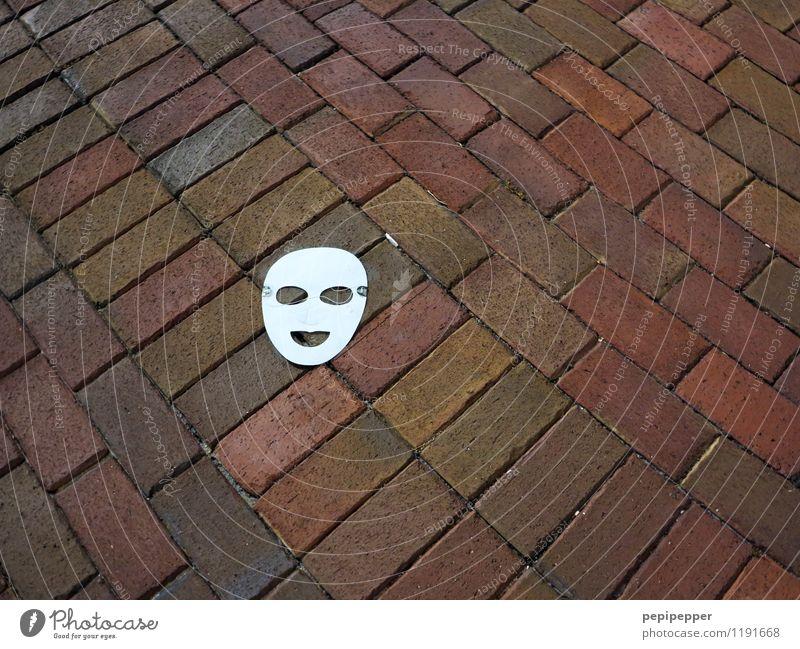maske androgyn Kindheit Auge Mund Stadt Terrasse Straße Wege & Pfade Maske Papier Stein Zeichen Maskenball lachen liegen rot weiß Freude Einsamkeit