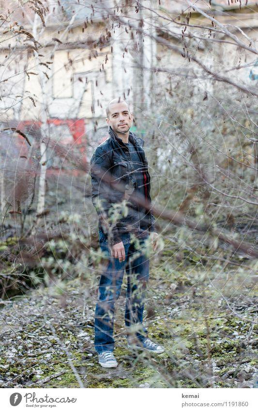 Mann Lifestyle Stil Abenteuer Mensch maskulin Junger Mann Jugendliche Erwachsene Leben 1 30-45 Jahre Graffiti Baum Sträucher Zweige u. Äste Jeanshose Lederjacke