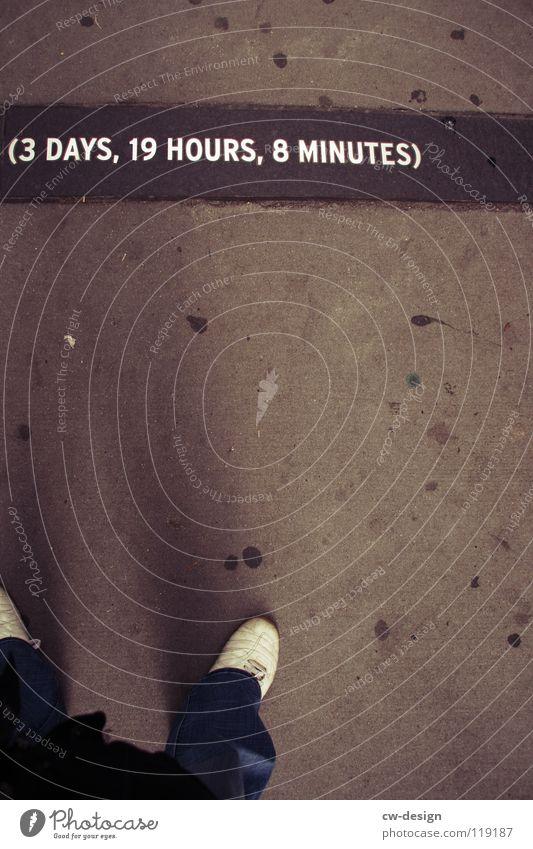 wann jetzt nochmal? Schuhe Froschperspektive Bürgersteig 3 Tag 19 8 Ziffern & Zahlen Beton Schriftzeichen grau trist Buchstaben Wort Schilder & Markierungen