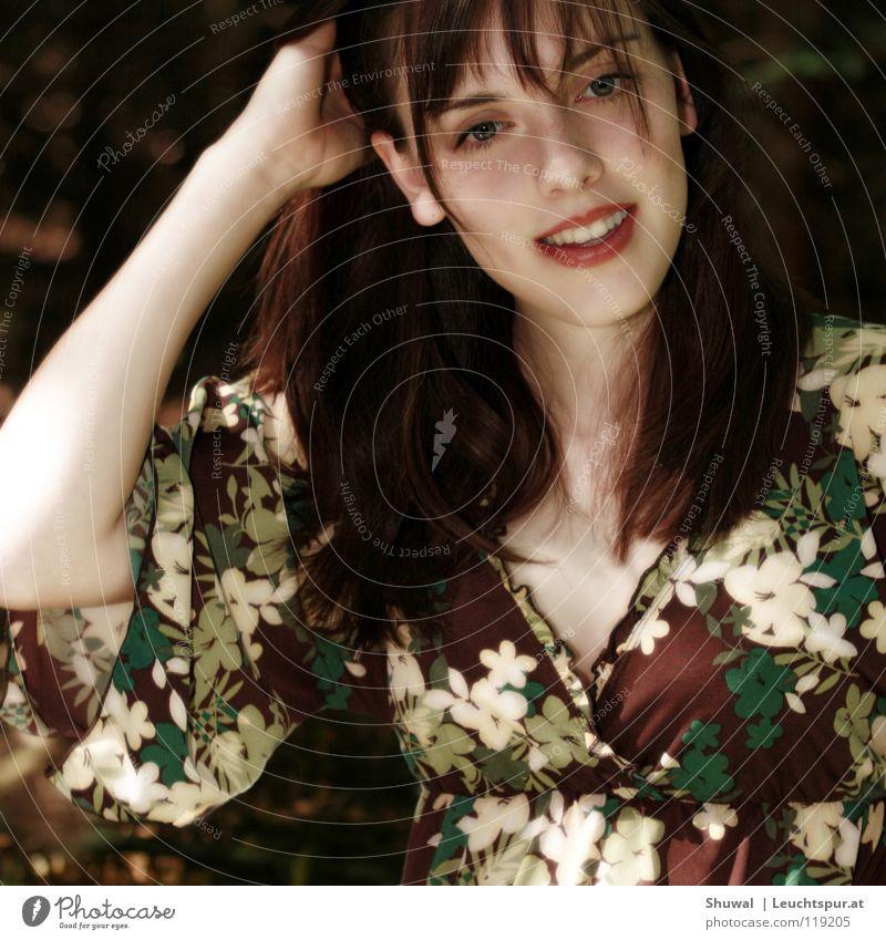 WHY, SHUWAL DARLING, THIS PHOTO IS A MASTERPIECE! Frau Jugendliche grün schön ruhig Gesicht Auge lachen Lifestyle Haare & Frisuren Mode Kopf braun Zufriedenheit