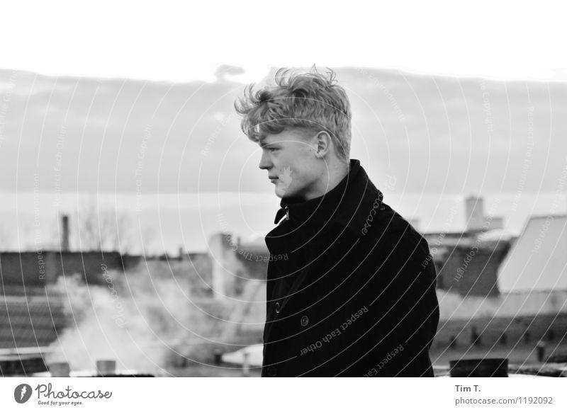 Tim Mensch Jugendliche Einsamkeit Junger Mann 18-30 Jahre Erwachsene Berlin Deutschland maskulin Dach Sehnsucht Europäer Hauptstadt Schornstein