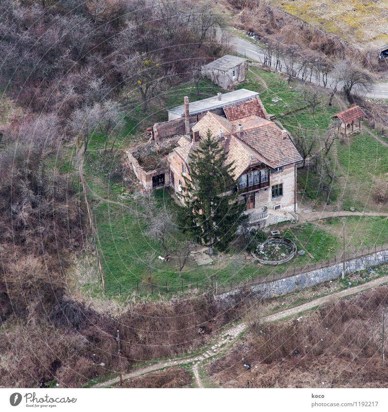 Erinnerung an Sarajevo. Natur grün Baum Landschaft Haus Wald Umwelt Wand Straße Traurigkeit Frühling Wiese Gras Wege & Pfade Gebäude Mauer