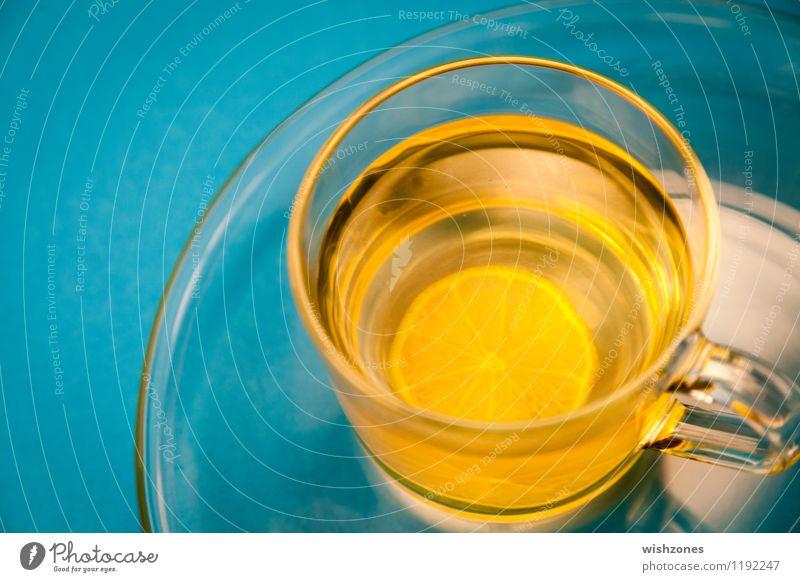 Lemon Tea in a Glass with blue Background Fasten Getränk Tee Teller Tasse Gesundheit Wellness harmonisch Wohlgefühl gelb cup of tea Zitrone zitronentee blau