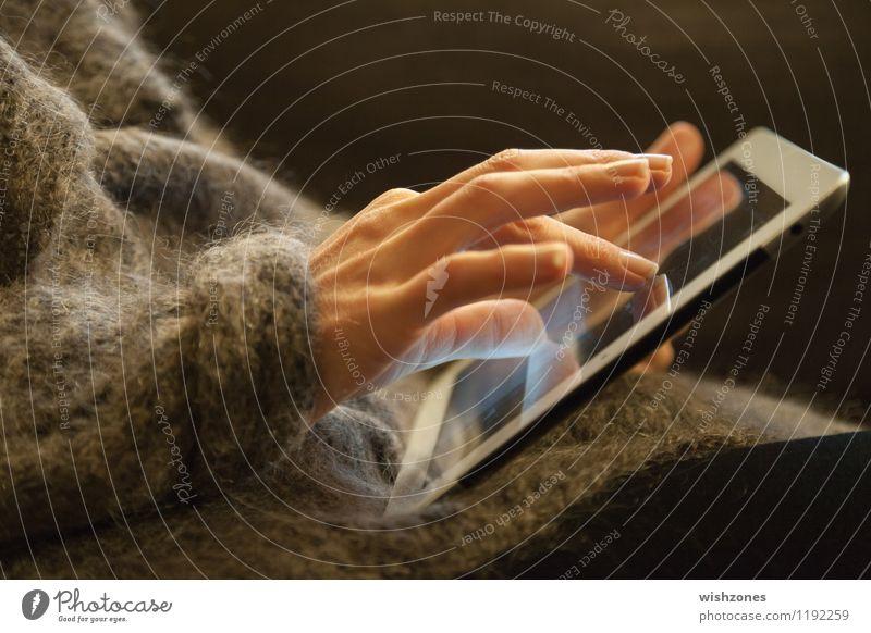 Woman Hands working on a Touch Pad Erwachsene Bewegung feminin grau Computer lernen Finger Kommunizieren berühren lesen Internet Jacke Computernetzwerk Notebook