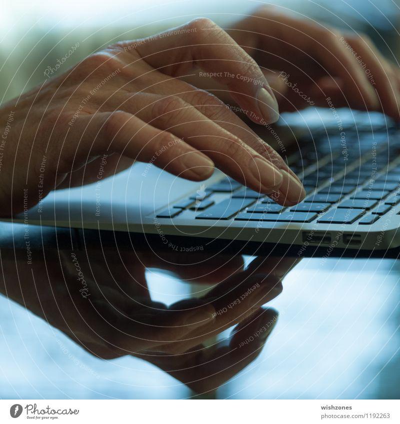 Hands typing on the Keyboard of a Laptop Frau blau Business Büro Computer Bildung schreiben Internet Erwachsenenbildung Computernetzwerk Notebook Tastatur