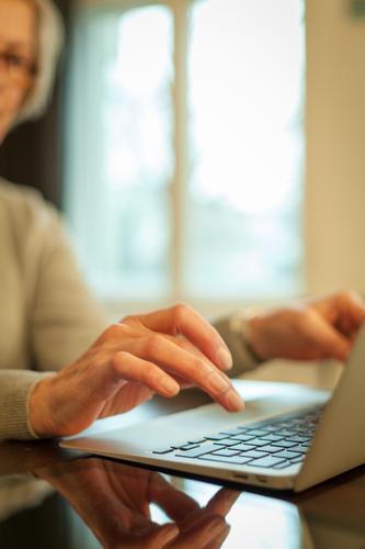 Woman typing on a Laptop Bildung Erwachsenenbildung Büroarbeit Arbeitsplatz Karriere Computer Notebook Tastatur Hardware Technik & Technologie Internet Mensch