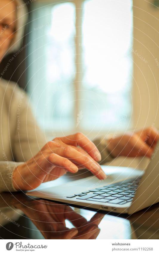 Woman typing on a Laptop Mensch Frau Hand Erwachsene feminin Business Häusliches Leben Büro 45-60 Jahre Technik & Technologie Computer Finger Bildung schreiben Internet Erwachsenenbildung