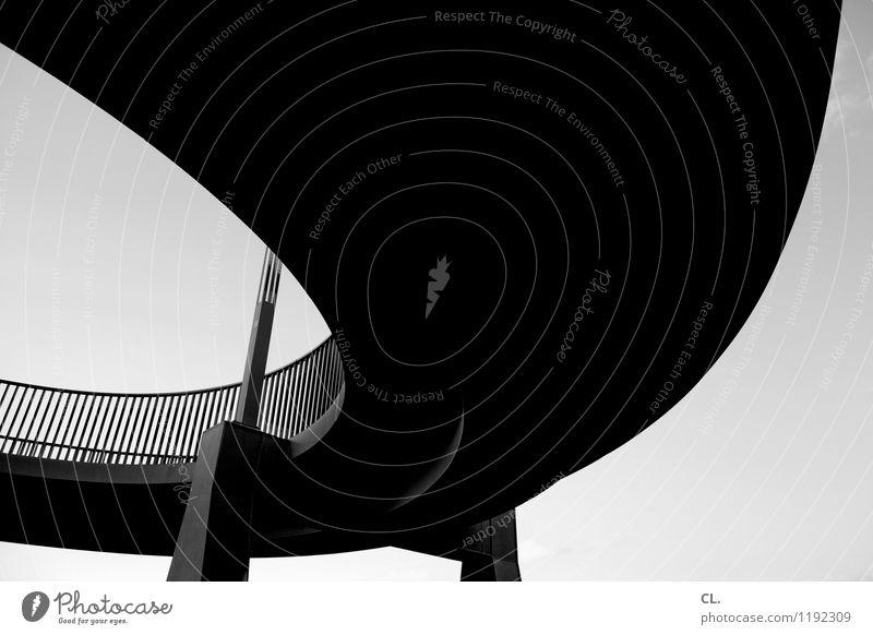 brücke Wolkenloser Himmel Brücke Bauwerk Architektur Verkehr Verkehrswege Straßenverkehr Wege & Pfade Brückengeländer Kurve groß hoch Schwarzweißfoto