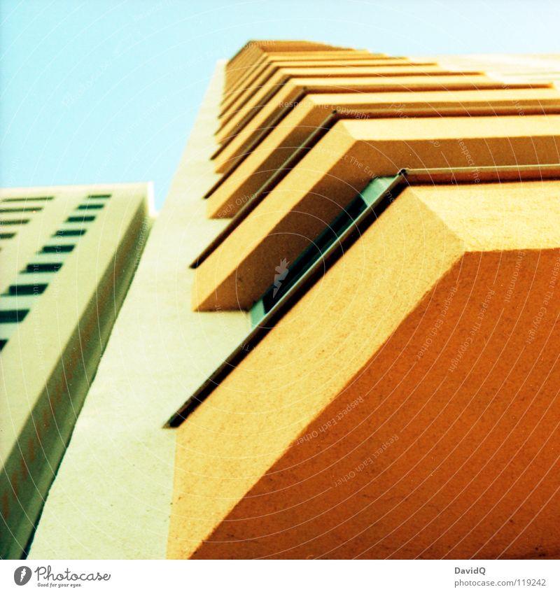 Platte Farben Plattenbau Wohnung Haus Mieter Etage Stock Beton Balkon Fenster Fassade mehrstöckig Lebensraum Käfig Dimension Potsdam Detailaufnahme trist