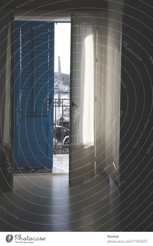 sich öffnen Häusliches Leben Wohnung Raum Schönes Wetter Balkon Fenster Tür Fußmatte Fensterladen Jalousie Vorhang Gardine Balkongeländer Geländer hell maritim