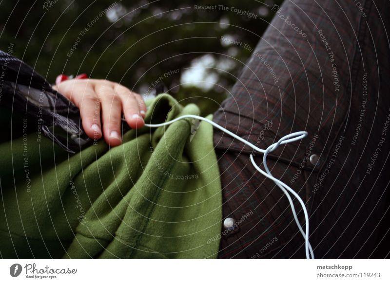 Fingerspitzengefühl grün Hand Hose Muster weiß biegen Kopfhörer Schal schwarz Pullover Kräusel Knöpfe Tasche Hosentasche Kabel Einsamkeit kariert