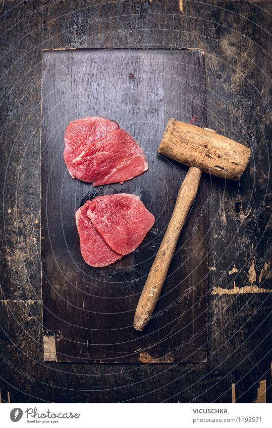 Schnitzel auf altem Holztisch klopfen. Lebensmittel Fleisch Ernährung Mittagessen Abendessen Bioprodukte Diät Stil Design Gesunde Ernährung Tisch Küche roh