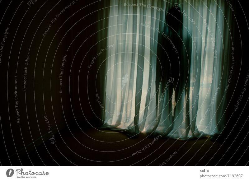 Mensch Mann Einsamkeit dunkel Fenster Erwachsene Traurigkeit Tod Angst trist gefährlich bedrohlich Trauer Todesangst gruselig Geister u. Gespenster