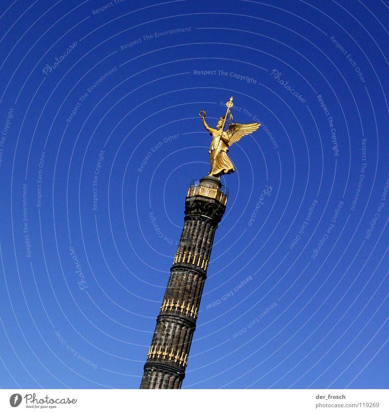victoria blau Berlin glänzend gold Denkmal historisch Verkehrswege Säule Dänemark Tiergarten Siegessäule