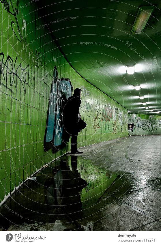 Dommy kommt... Mann Kerl Würzburg Stadt grün fließen Pfütze Reflexion & Spiegelung Mantel Hose Schuhe Spray Farbdose Lampe Leuchtstoffröhre Licht Flur