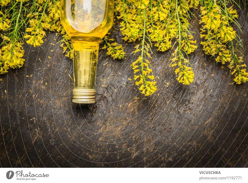 Rapsöl in Glasflasche mit frischen Rapsblüten. Lebensmittel Kräuter & Gewürze Öl Ernährung Bioprodukte Vegetarische Ernährung Diät Stil Design Alternativmedizin
