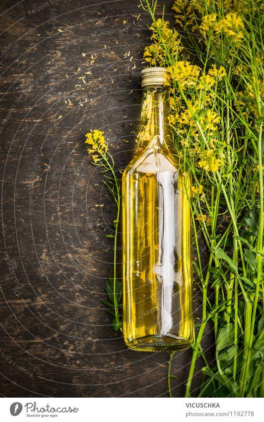 Frische Rapsöl auf Holztisch Lebensmittel Öl Ernährung Flasche Glas Stil Design Gesunde Ernährung Natur Pflanze Blume Nutzpflanze gelb Duft Hintergrundbild