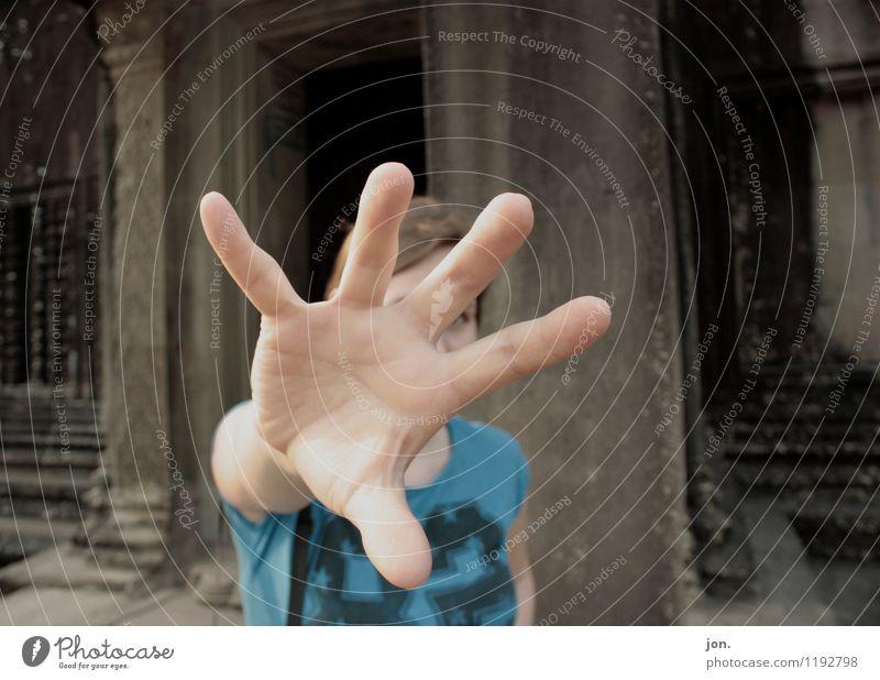 Catch Mensch Frau Jugendliche blau Hand 18-30 Jahre Erwachsene Bewegung feminin grau Angst Kraft bedrohlich einzigartig Abenteuer Schutz